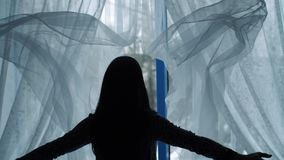 A mulher joga para fora cortinas e a janela aberta vídeos de arquivo