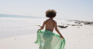 Mulher jovem correndo pelo mar 4k filme