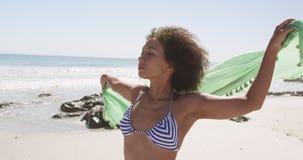 Mulher jovem relaxando no mar 4k video estoque