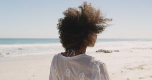 Mulher jovem relaxando no mar 4k filme