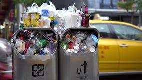 mulher 4K asiática que anda e para jogar o lixo na rua do caixote de lixo em Taipei formosa vídeos de arquivo