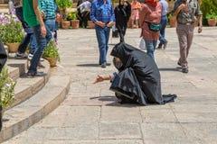 A mulher lê as palavras de Hafez Fotografia de Stock Royalty Free