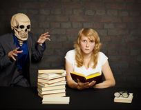 A mulher lê livros assustadores Fotos de Stock Royalty Free