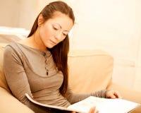 A mulher lê um compartimento imagem de stock royalty free