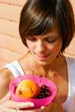 A mulher lambe os bordos em frutas Fotos de Stock Royalty Free