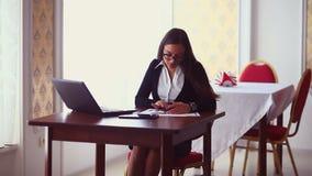 Mulher lateral do homem de negócios que senta-se na menina do café video estoque