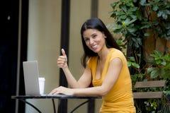 Mulher latin atrativa que trabalha fora no portátil Imagens de Stock Royalty Free