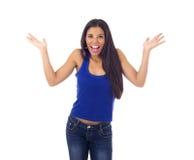 Mulher latino-americano atrativa nova no sorriso ocasional da parte superior e das calças de brim feliz e alegre isolados Fotografia de Stock