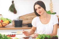 A mulher latino-americano bonita está fazendo a compra em linha pelo tablet pc e pelo cartão de crédito Imagem de Stock Royalty Free