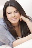 Mulher latino-americano bonita que coloca no sofá que relaxa Imagem de Stock Royalty Free
