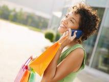 Mulher latino-americano com sacos de compra Foto de Stock Royalty Free