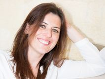 Mulher latino-americano de sorriso no sorriso home Imagens de Stock Royalty Free
