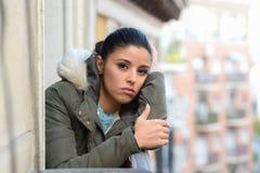 Mulher latino-americano desesperada triste bonita na depressão de sofrimento do revestimento do inverno foto de stock