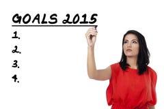 A mulher latino-americano escreve-lhe objetivos Fotos de Stock Royalty Free