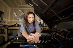 Mulher latino-americano na garagem com chave fotografia de stock royalty free