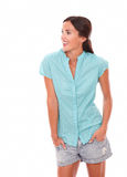 Mulher latino-americano nas calças de brim curtos que olham a sua direita Imagem de Stock Royalty Free