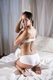 Mulher latino-americano no roupa interior desgastando da cama Imagem de Stock