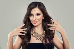Mulher latino-americano nova Menina com cabelo saudável fotos de stock
