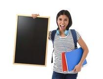 Mulher latino-americano ou estudante fêmea que guardam o quadro-negro vazio com espaço da cópia para adicionar a mensagem Foto de Stock Royalty Free