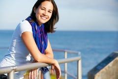 Mulher latino-americano que olha sobre o cerco no mar Fotografia de Stock Royalty Free