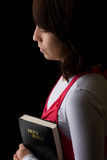 Mulher latino-americano que Praying prendendo a Bíblia Imagem de Stock