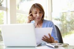 Mulher latino-americano superior que trabalha no escritório domiciliário Fotografia de Stock Royalty Free