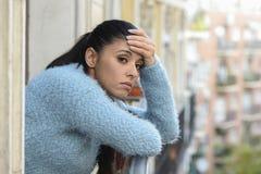 Mulher latino-americano triste e desesperada bonita que sofre frustrante pensativo da depressão imagens de stock
