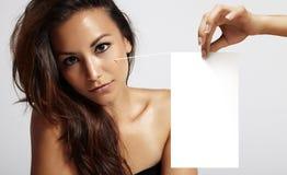 Mulher latino com pele ideal fotos de stock