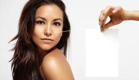 Mulher latino com uma nota 3D a sua pele Imagem de Stock