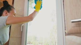 A mulher lava a janela filme