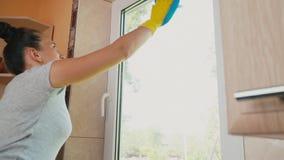 A mulher lava a janela video estoque
