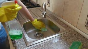 A mulher lava o dissipador vídeos de arquivo