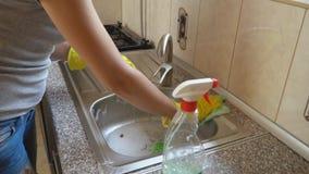 A mulher lava o dissipador filme