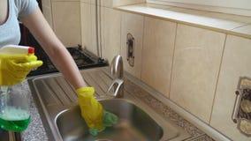 A mulher lava o dissipador