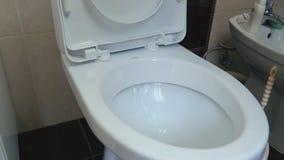 A mulher lava o toalete vídeos de arquivo
