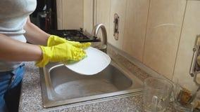 A mulher lava pratos filme