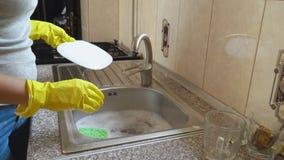 A mulher lava pratos vídeos de arquivo