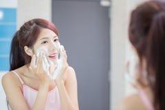 A mulher lava sua face imagem de stock royalty free