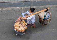 a mulher leva a cesta completa com alimentos frescos Foto de Stock