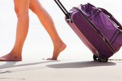 A mulher leva sua bagagem no Sandy Beach Fotografia de Stock