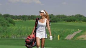 A mulher leva um saco de golfe filme