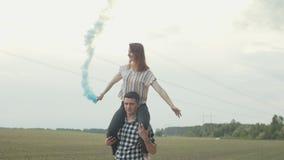 Mulher levando do homem com a bomba de fumo em ombros vídeos de arquivo