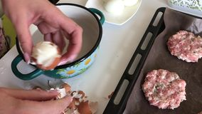 A mulher limpa ovos fervidos da galinha Bifes triturados da carne com batatas, ovos e queijo Cozinhando etapas e ingredientes video estoque