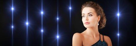Mulher lindo com brincos do diamante foto de stock royalty free