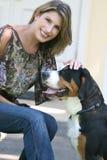 Mulher lindo com o cão suíço da montanha Fotografia de Stock