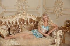 Mulher lindo de fascínio bonita no vestido da forma que encontra-se no modo Imagens de Stock Royalty Free