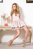 Mulher lindo na sala de visitas Fotos de Stock Royalty Free