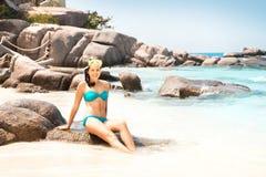 Mulher lindo no biquini ciano com máscara do mergulho fotografia de stock