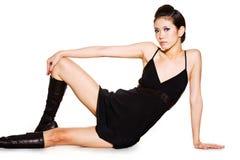 Mulher lindo no preto com expressão forte Imagens de Stock