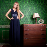 Mulher lindo no vestido azul longo no fundo verde do vintage Imagem de Stock Royalty Free